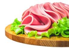 Korv för frukostformell lunchturk Skivor av nötköttkött i form av mortadella på sallad bakgrund isolerad white Royaltyfria Foton
