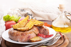 Korv med den bakade potatisen royaltyfri foto