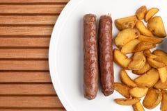 Korvar med potatisar arkivfoton