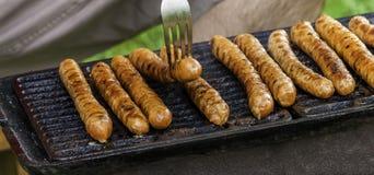 Korvar på gallret eller grillfesten Hemlagat matbegrepp arkivfoto