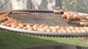 Korvar som grillas på en BBQ stock video