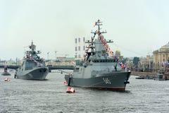 Korvet Stoykiy en fregatadmiraal Makarov tijdens een zeepari Royalty-vrije Stock Foto