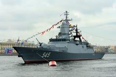 Korvet Stoykiy tijdens een zeeparade voor celebratio van de Marinedag Royalty-vrije Stock Foto's