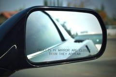 Korvette versehen Spiegel mit den Wörtern mit Seiten, Gegenstände im Spiegel sind genauer, als sie erscheinen stockfoto