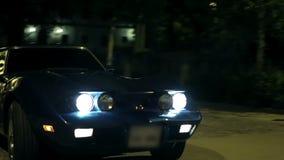 Korvetten kör till och med litet dimmig stad på natten stock video