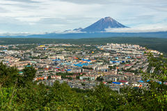 Koryakskaya Sopka и Петропавловск-Kamchatsky от холмов Mishennaya Стоковое Фото
