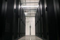 Korytarz jest datą centrum ściany z serwerami w gabinetach zdjęcia stock