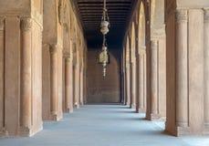 Korytarz otacza podwórze meczet Ahmad Ibn Tulun, stary Kair, Egipt obrazy royalty free