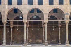 Korytarz otacza podwórze meczet al sułtanu al Nasir Muhammad ibn Qalawun, cytadela Kair, Egipt fotografia royalty free