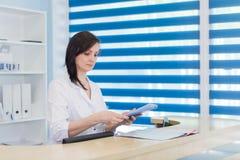 Korytarz pacjent dochodzący kobieta, izba pogotowia i szpital recepcjonista i obrazy royalty free