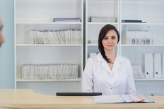 Korytarz pacjent dochodzący kobieta, izba pogotowia i szpital recepcjonista i Zdjęcia Royalty Free