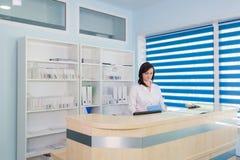 Korytarz pacjent dochodzący kobieta, izba pogotowia i szpital recepcjonista i Fotografia Royalty Free