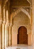 Korytarz prowadzi drzwi w Alhambra pałac zdjęcie stock
