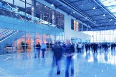 korytarza szklani chodzenia ludzie obraz stock