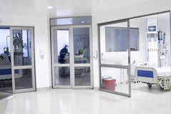 Korytarza wnętrze wśrodku nowożytnego szpitala Zdjęcie Royalty Free