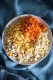 Korzeniowi warzywa siekali w sześcianach, w talerzu Obrazy Stock