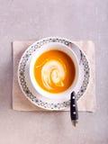Korzenna jarzynowa polewka z jogurtem Fotografia Royalty Free