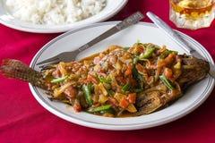 Korzenna karp ryba smażąca w kumberlandzie z warzywami słuzyć na talerzu w azjatykciej restauraci Tradycyjny Birmański owoce morz Obraz Royalty Free