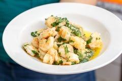 Korzenna owoce morza garnela smażył z zielonymi pikantność i oliwa z oliwek na wh Zdjęcie Stock