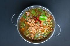 Korzenna Tajlandzka stylowa wołowiny polewka na czarnym tle Zdjęcie Royalty Free