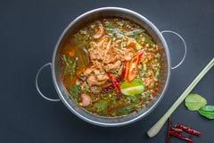 Korzenna Tajlandzka stylowa wołowiny polewka na czarnym tle Zdjęcia Stock