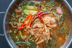 Korzenna Tajlandzka stylowa wołowiny polewka na czarnym tle Obraz Royalty Free