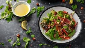 Korzenna wołowiny sałatka z marchewkami, rzodkwią, bobowymi flancami, chili, dokrętkami i zieloną mieszanką, fotografia stock