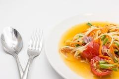 Korzenna zielona melonowiec sałatka, somtum odizolowywający na białym tle lub, Tajlandzka kuchnia Zdjęcie Royalty Free