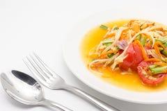 Korzenna zielona melonowiec sałatka, somtum odizolowywający na białym tle lub, Tajlandzka kuchnia Zdjęcie Stock