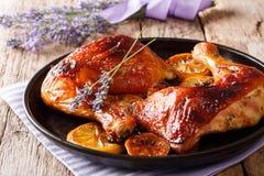 Korzenne piec na grillu oszklone kurczak nogi z lawendy i cytryny zakończeniem zdjęcie stock