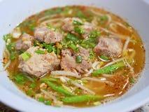 Korzennej wieprzowina ziobro kluski polewki - wyśmienicie i zdrowy uliczny jedzenie w Tajlandia obraz royalty free