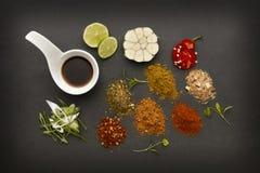 Korzenni i świezi składniki dla gorący chili kuchni zdjęcie stock