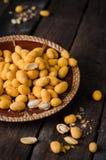 Korzenni migdały w solonym glazerunku - arabska wyśmienicie przekąska Ramadan jedzenie Selekcyjna ostrość Drewniany tło Zdjęcie Royalty Free