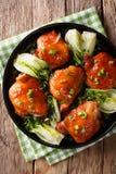 Korzenni piec kurczaków uda z bok choy i zielonych cebul clos Fotografia Royalty Free
