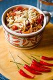 Korzenny Chili z fasolami, pomidorami i Tajlandzkimi pieprzami, Zdjęcia Stock