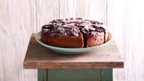 Korzenny czekoladowy śliwka tort na talerzu Obrazy Stock