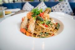 Korzenny fertanie smażący owoce morza spaghetti ochraniacz Cha staczający się w rozwidleniu na białym naczyniu luksusowa restaura zdjęcia stock