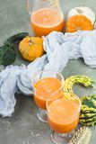 Korzenny jesieni bani koktajl dekorował z dyniowymi ziarnami Fotografia Royalty Free
