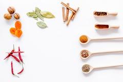 Korzenny karmowy kucharstwo z pikantność i suchych ziele biurka tła odgórnego widoku białym kuchennym egzaminem próbnym up Zdjęcia Stock