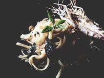 Korzenny krewetkowy linguine z wysuszonym chili i czosnkiem na czarnym backg Zdjęcie Stock