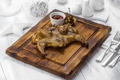 Korzenny piec na grillu kurczak z pomidorowym maczanie kumberlandem obraz royalty free