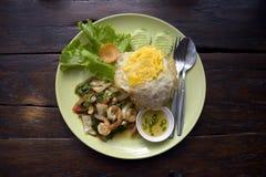 Korzenny smażący owoce morza z basilem opuszcza na jaśminowych ryż i smażącym jajku Zdjęcie Stock