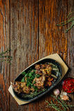 Korzenny stek jagnięcego kotlecika żelaza niecka Jedzenie na ciemnym drewnianym tle Zdjęcia Stock