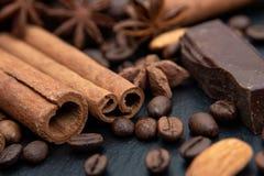 Korzenny tło Cynamon, czekolada, kawowe fasole i gwiazdowy anyż, zdjęcie stock