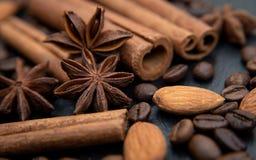 Korzenny tło Cynamon, migdały, kawowe fasole i gwiazdowy anyż, zdjęcie royalty free