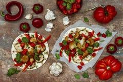 Korzenny veggies tacos z piec kalafioru, zucchini i pomidoru salsa na nieociosanej drewnianej tnącej desce, Obraz Stock