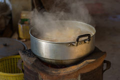 Korzenny zupny kurczak w gorącym pucharze obraz royalty free