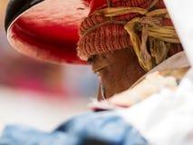Korzok, INDIA - 23 juli: Een monnik voert een godsdienstige zwarte hoed ma uit royalty-vrije stock fotografie