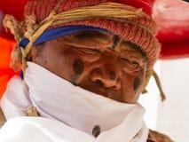 Korzok, INDIA - 23 luglio: Un monaco esegue un mA black hat religioso immagine stock