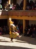 """Korzok, Indien - €""""am 23. Juli 2012: nicht identifizierter Mönch in der Rotwildmaske mit stockbild"""